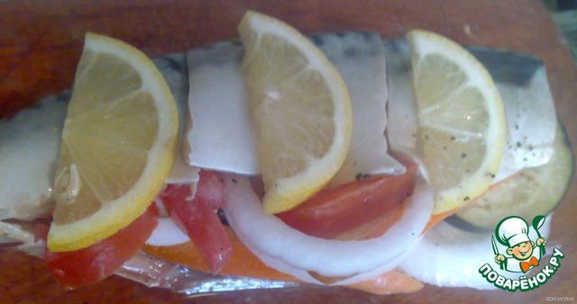 3.Рыбу посолить, поперчить внутри, нафаршировать: луком, помидором, баклажаном, морковкой, сверху положить дольки лимона.