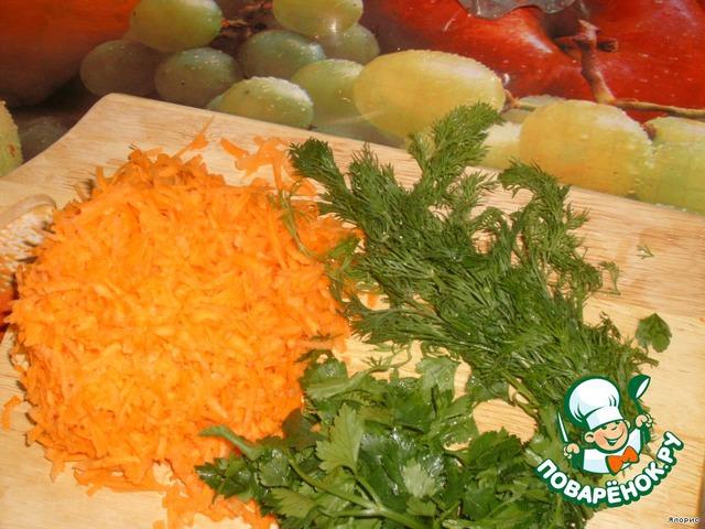 Кладем в кастрюлю тертую морковь, мелко нарезанный лук и зелень. Секрет блюда прост - бульон готовится сразу с овощами, на огне держат его долго, овощей и зелени кладут как можно больше. В последнюю очередь кладется картофель и соль.