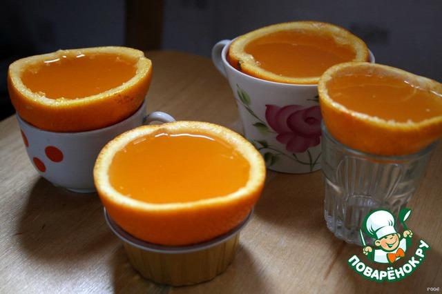 """Пустые половинки хорошо очистить изнутри.   Как приготовить желатин для желе, я думаю все знают, или можно прочитать на пачке с желатином. Только воды надо добавить 0,5 стакана.    Смешиваем желатин с соком и заполняем пустые половинки. Можно поставить эти фруктовые """"чашки"""" на стаканы, что бы не переворачивались."""