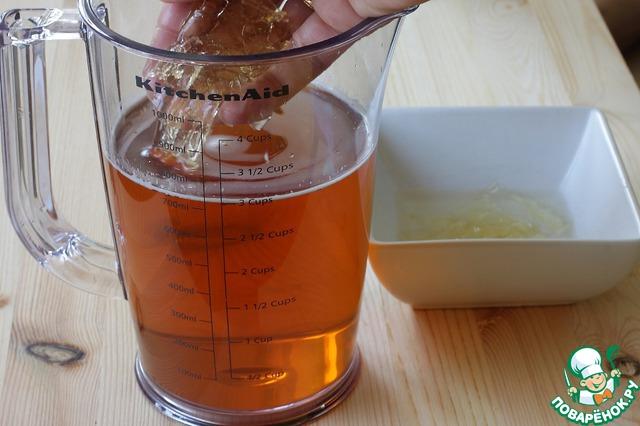 Отожмите пластины желатина от воды и добавьте в теплый сок, размешивайте, пока не увидите, что желатин полностью распустился. Если необходимо, подогрейте слегка сок.