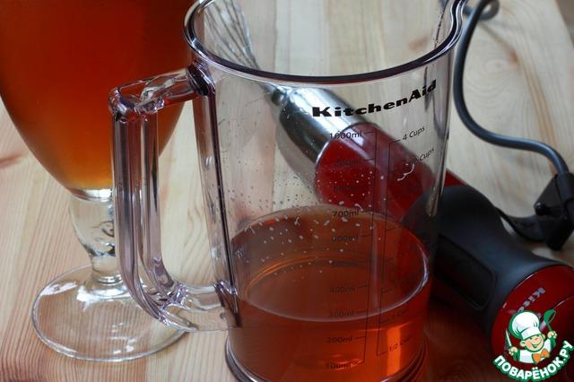 """Разлейте сок по бокалам, оставляя место для """"пены"""". Я, для того, чтобы выгодно презентовать блюдо, взяла очень эффектный, но очень большой бокал. А вообще, десерт рассчитан на 4 порции десерта по 200 грамм вместе с пеной. Это значит, что в каждый бокал нужно """"недолить"""" примерно 25-30 грамм, чтобы осталось примерно 100-150 мл сока из которого мы будем делать пенную шапочку. Бокалы с соком уберите в холодильник, чтобы желе быстрее схватилось. Я поставила в морозильную камеру. Время застывания десерта может быть совершенно разным - от получаса до часа. Все зависит от качества желатина и мощности холодильника. Не нужно ждать, чтобы желе застыло полностью - достаточно состояния жидкого киселя.     Сок в мерном стакане оставить при комнатной температуре, он должен оставаться жидким и не должен застыть раньше, чем желе в бокалах в холодильнике."""