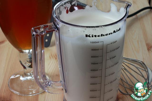 Как только желе в холодильнике начнет немного густеть, взбейте при помощи миксера с насадкой венчик остатки сока в мерном стакане. Сок почти сразу начнет превращаться в густую белую пену. Обратите внимание на предыдущее фото - в моем мерном стакане оставалось 300 мл сока, а теперь у меня получилось 1000 мл пены!