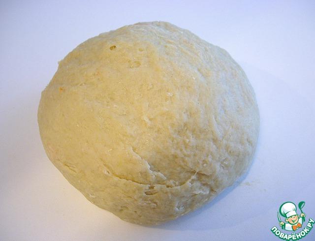 Замесить эластичное тесто, поместить его в емкость и прикрыть полотенцем. Оставить подниматься в теплом месте без сквозняков 2 часа. Я делаю так - разогреваю духовку при минимальной температуре (50 гр), выключаю и ставлю в нее тесто на расстойку.