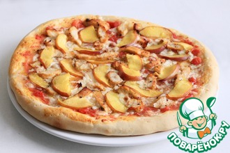 Пицца с курицей и персиками