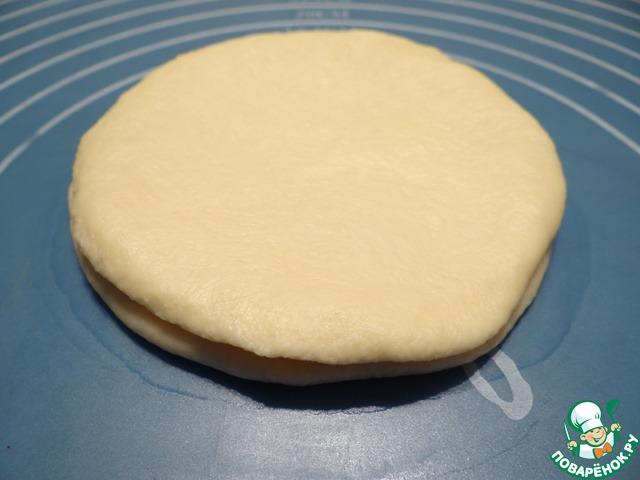Другой кусочек теста опять раскатываю в круг, накрываю им колбасу.