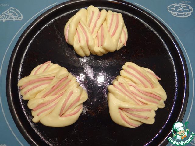 Накрываю булочки пленкой и даю им увеличиться в объеме примерно в 2 раза.