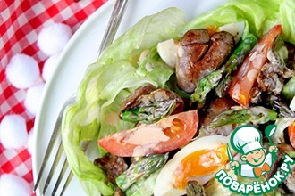 Теплый салат с куриной печенью и спаржей