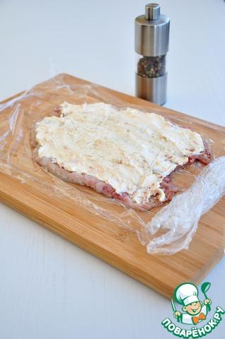 Смазать сельдь плавленным сыром. Сыр должен быть комнатной температуры, тогда смазывать им сельдь будет легко.