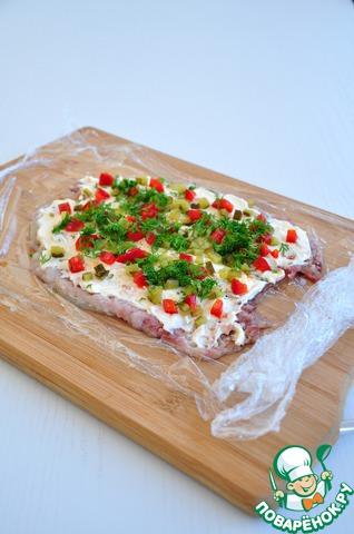 Посыпать мелко нарезанными маринованным огурцом, маринованным болгарским перцем, укропом.
