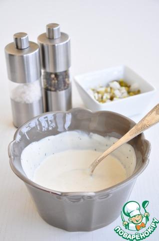 Добавить мелко нарезанный маринованный огурец и белый лук, чуть посолить, поперчить.
