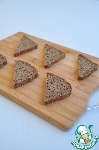 Для маринованной селедки нарезать хлеб как вам больше нравится.   Подсушить в духовке до состояния гренок.
