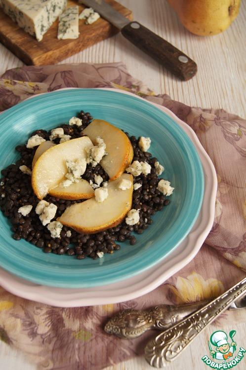 Собрать салат: на порционную тарелку выложить пряную чечевицу, сверху разложить ломтики груши, посыпать сыром.