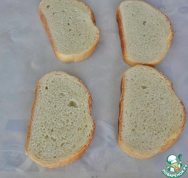 Возьмём четыре кусочка пшеничного хлеба.