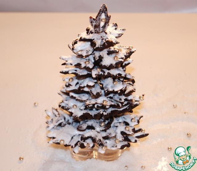 Посыпать елочку кокосовой стружкой и украсить карамельными бусами.