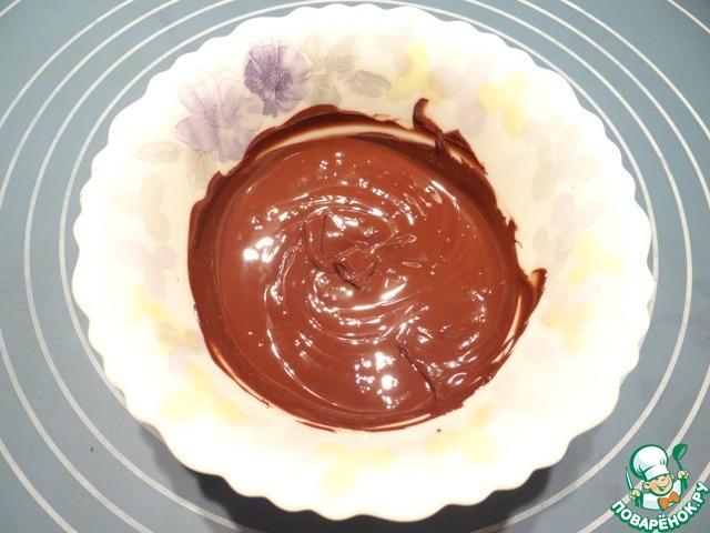 В микроволновой печи в несколько приемов растапливаю темный шоколад (включаю микроволновую печь на полной мощности на 10 секунд, перемешиваю массу, снова включаю печь на 10 секунд, перемешиваю - и так, пока шоколад не растопится полностью).
