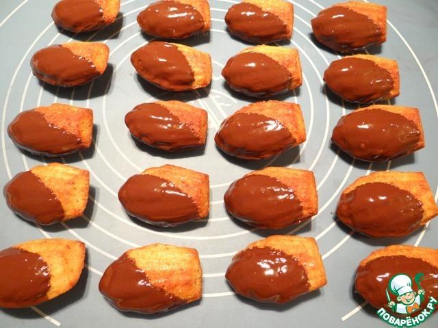 Печенье обмакиваю в растопленный шоколад как на фото. Даю шоколаду застыть (можно на несколько минут печенье поместить в холодильник).