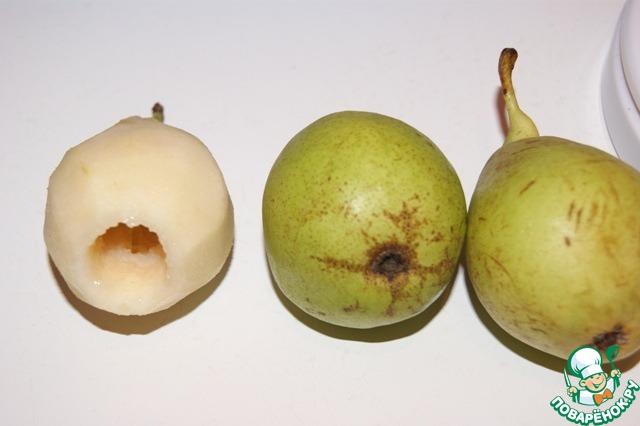 Для варианта кекса с грушами:   Груши почистить и удалить сердцевину, плодоножки сохранить. Смазать груши лимонным соком, чтобы не потемнели.