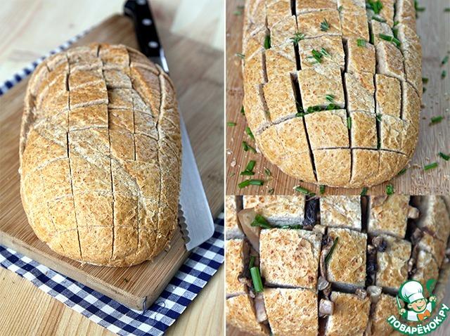 Теперь берем хлеб. Какую-нибудь свежую, вкусную буханочку... И аккуратно надрезаем квадратами, немного не доходя до конца. Затем насыпаем в прорези нарезанный лук и листья тимьяна, аккуратно закладываем грибы...