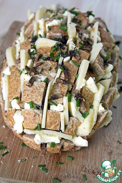 ... рассовываем кусочки сливочного масла и пластинки сыра.    Если Вы берете топленое масло, то смешайте его с луком и тимьяном и полейте хлеб. Вот какая кракозябра у меня получилась))) Кстати, без сноровки некоторые кусочки хлеба будут норовить вывалиться, не пугайтесь! Смело, но аккуратно впихивайте их обратно, сыром склеятся))    Осталось запечь...