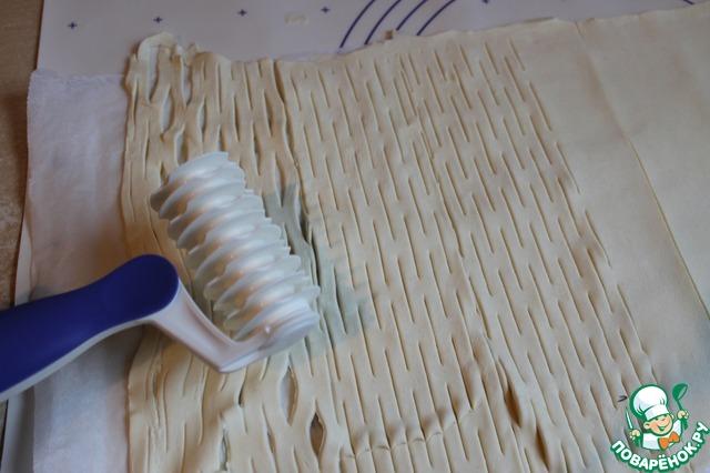 Другой пласт теста раскатаем в одну сторону, и сделаем при помощи специального валика вот такие полоски.