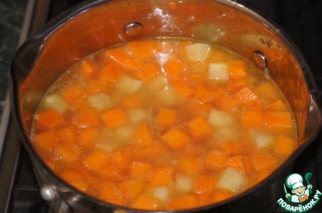 И залить кипятком так, чтобы он только покрыл их. Посолить по вкусу и варить на маленьком огне до мягкости около 15-20 минут.