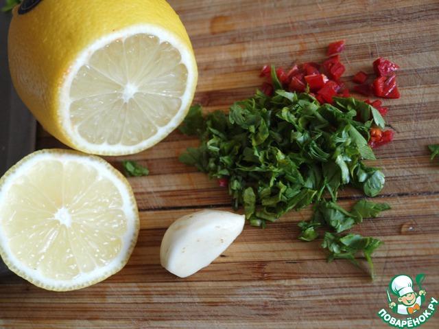 Нарезаем мелко перец чили, выдавливаем через пресс чеснок, добавляем нарезанную петрушку и лимонный сок с оливковым маслом.