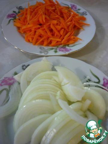 Морковь натереть на терке, лук порезать полукольцами.