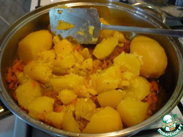 В нашу зажарку добавить сваренный картофель. Размять его.
