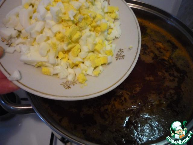 Отварить яйца, измельчить. Добавить в борщ.