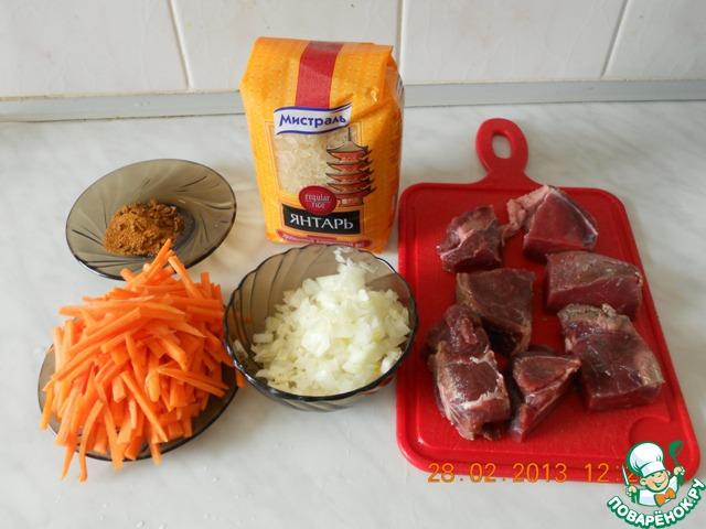 Очень крупно нарезать мясо (на 6-8 кусочков). Нарезать мелкими кубиками лук. Нарезать морковь брусочками.