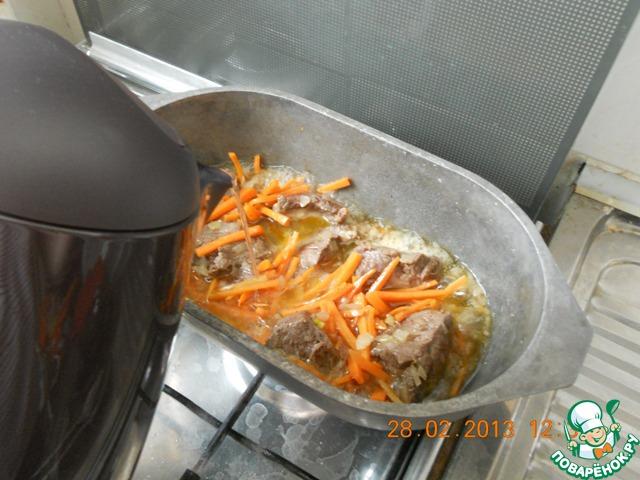 Налить кипяток с расчетом, чтобы затем, при добавлении риса, можно было воды уже не добавлять.