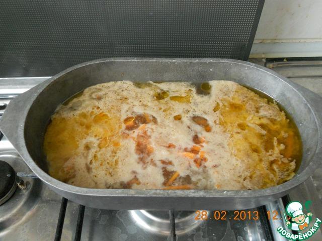 При закипании уменьшить огонь до минимума, накрыть крышкой и готовить 2 часа.