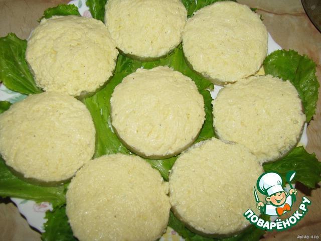 На колечко ананаса намазать сырно-яичную массу так, чтобы она напоминала островки, то есть с горочкой и ровненько всё разгладить.