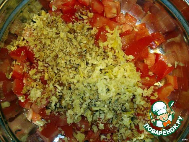 В помидоры добавляем измельченные орехи и чеснок