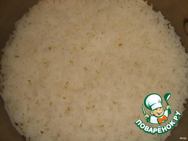Через 20 минут вода исчезнет и рис станет похож на хлопья.    Сразу оговорюсь, обычно я варю рис иначе, но этот способ приятно удивил.     Готовый рис был рассыпчатый, не разваренный.    Его необходимо слегка остудить.