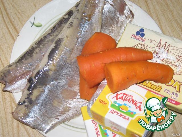 Селедку почистить от внутреностей, кожи и костей. Морковь отварить до готовности.