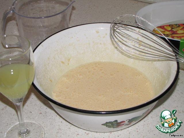 Взбить яйца с сахаром, думаю, лучше всего миксером, но у меня его нет и я делаю насадкой блендера