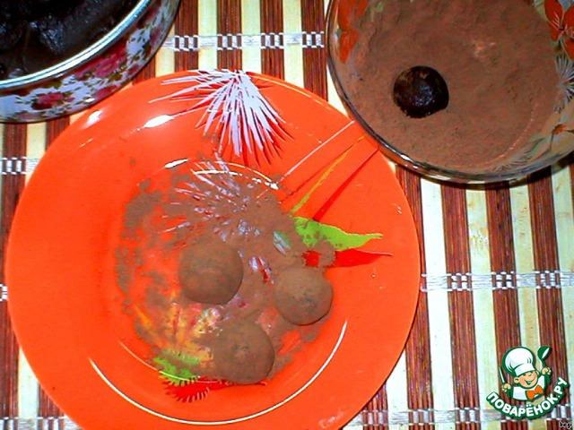 Скатать шарики и обвалять в какао порошке.