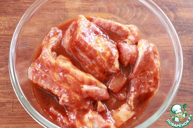 Ребрышки разрежьте так, чтобы на порцию приходилось по одному ребру. Если куски крупные и вы будете готовить мясо в духовке, можно предварительно отварить их в течение 15-30 минут. Я этого не делала. Положите мясо в соус, хорошо обмажьте каждый кусок и уберите в холодное место минимум на 30 минут для маринования.