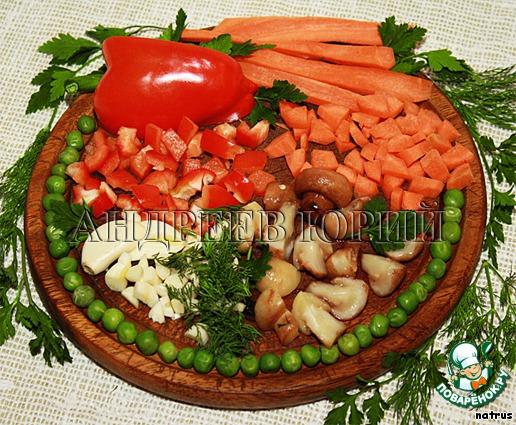 Морковь и сладкий перчик моем, очищаем и нарезаем кубиками. Грибы промываем и нарезаем четвертинками. Чеснок чистим и вместе с зеленью мелко нарезаем. Зеленый горошек и гречку по отдельности хорошо промываем.