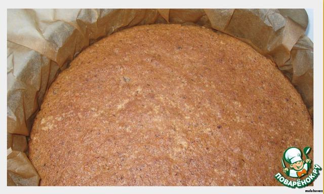 Тесто выложить в разъемную форму на вырезанный круг из бумаги для выпечки. Выпекать 25-30 мин при 175 С. Затем вынуть из духовки и дать полностью остыть.    Если ваш испеченный корж отстаёт от бортиков формы, то лучше вынуть его, подложить большой лист бумаги для выпечки, чтобы растопленный шоколад не проливался в форму, и снова положить корж в форму. Смотрите на фото. Можно подложить и целофан...