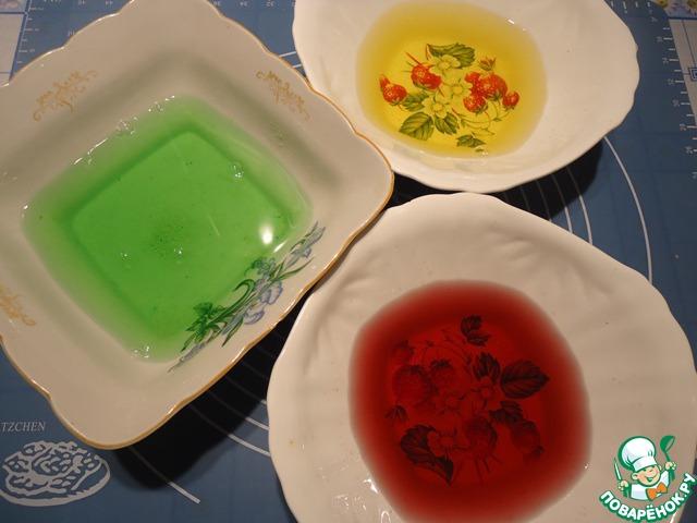 В каждую миску с желе и желатином добавляем по 300 мл горячей кипяченой воды, хорошо размешиваем, пока не растворится желе.