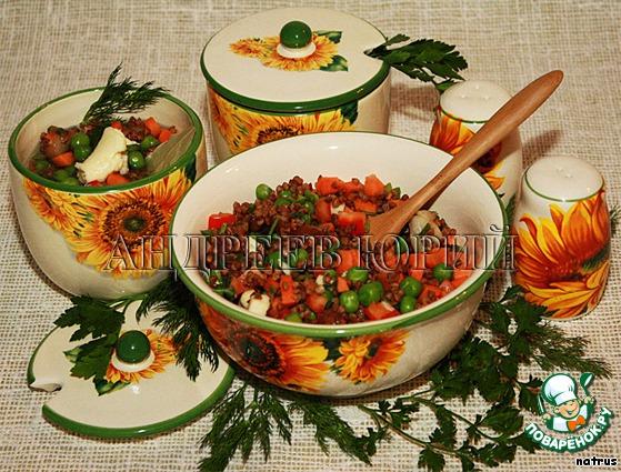 Все нарезанные овощи, зелень, грибы, горошек и гречку выкладываем в глубокую чашку, добавляем соль, перец (молотый), лавровый лист. Хорошо все перемешиваем. Далее берем жаропрочные горшочки (или один горшок побольше-обязательно с крышкой!), перекладываем в них полученную гречнево-овощную смесь, заливаем холодной (фильтрованной) водой ровно по поверхность овощей, сверху добавим по кусочку сливочного масла, накрываем крышками и ставим в духовку на 45 минут при 200 град.