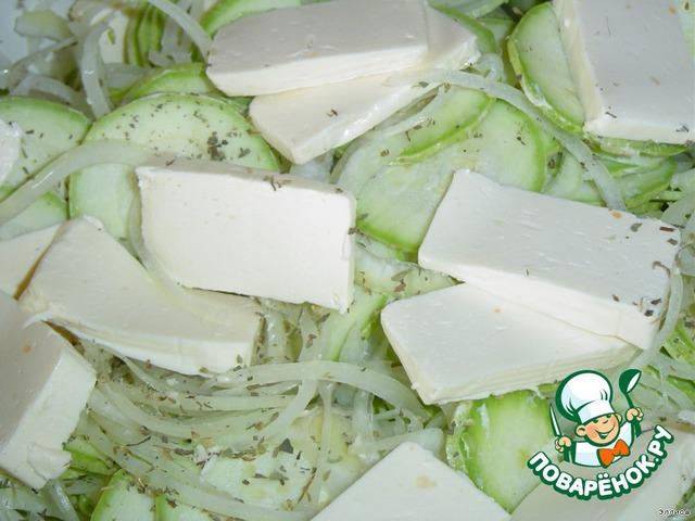 Нарезаем плавленный сыр пластинками и перемешиваем с кабачками.