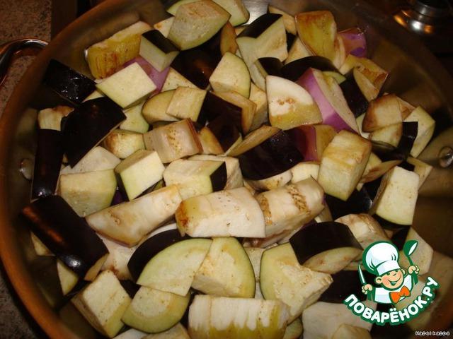 Порезать кубуками, на сковороду налить чуть-чуть растительного масла,   высыпать баклажаны и слегка обжарить, добавить полстакана воды, накрыть    крышкой и тушить до мягкости 15-20мин