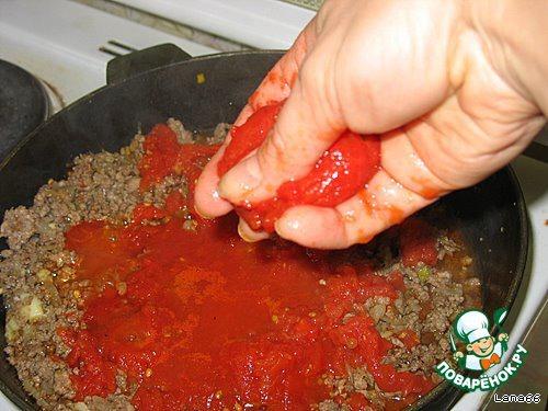 Помидоры можно порезать, очистив от кожуры, а можно подавить рукой.