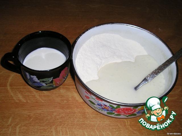Влейте эту массу в муку, смешанную с пекарским порошком, добавьте молоко и взбейте тесто ложкой в течение одной минуты.