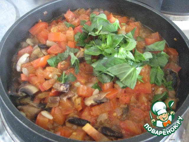 Добавить измельченные грибы и помидоры и потушить, помешивая, пока жидкость не испариться;   посолить, поперчить;    добавить измельченный базилик, перемешать и снять с огня.
