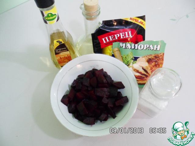 Солим, перчим, добавляем подсолнечное масло (оливковое), майоран и бальзамический уксус.