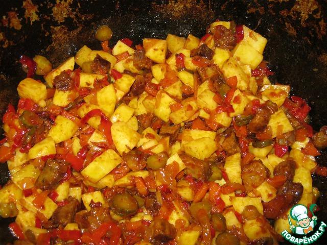 Картофель порезать кубиком, добавить в казан. Обжарить 5 минут.